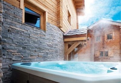 A steaming outdoor hot tub at Chalet La Breche in Alpe d'Huez