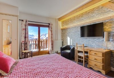 A double room with mountain views at Hotel Le Castillan