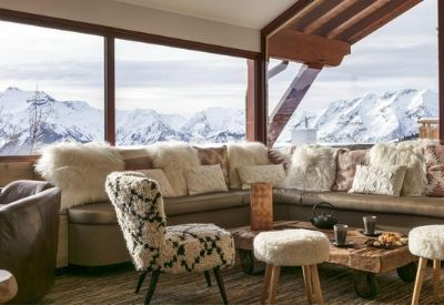 The hotel bar with comfortable seating and mountain views at Hotel Les Grandes Rousses