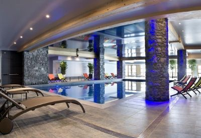 An indoor swimming pool with mountain views at Le Cristal de l'Alpe