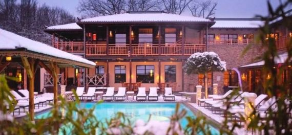 The outdoor pool surrounded by snow at the Vabali spa in Berlin