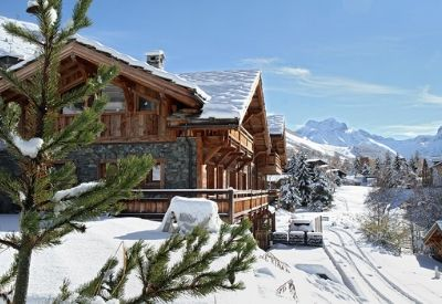 Chalet Le Lys in the snow with Les Deux Alpes and the mountains in the background