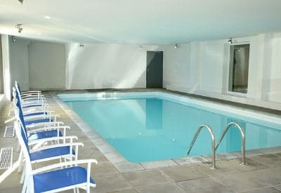 The indoor heated swimming pool at the ski accommodation Residence l'Ours Blanc