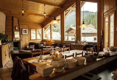 An open plan dinning room and living room in Chalet Sosa