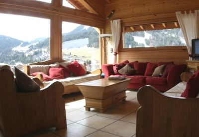 The living room in Plan des Pierrys with mountain views and sofas